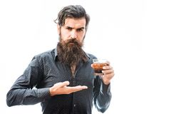Homme barbu avec le whiskey photographie stock
