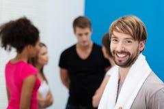 Homme barbu avec ses amis au gymnase Photo libre de droits