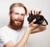 Homme barbu avec un appareil photo numérique Images libres de droits