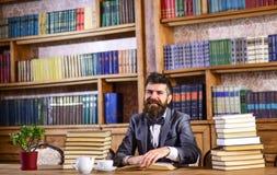 Homme barbu avec un bon nombre de livres photographie stock
