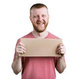 Homme barbu avec un connexion de carton sa main image libre de droits