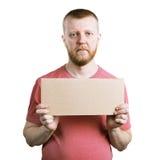 Homme barbu avec un signe de publicité à disposition image stock
