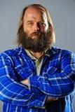 Homme barbu Balding avec les bras croisés. photographie stock libre de droits