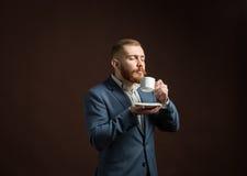 Homme barbu bel appréciant l'odeur du café Image stock