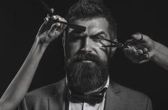 Homme barbu bel avec la longue moustache de barbe Ciseaux de coiffeur Longue barbe Homme barbu, barbe luxuriante, belle hippie image stock