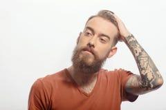 Homme barbu bel avec la main à sa tête antérieure images stock