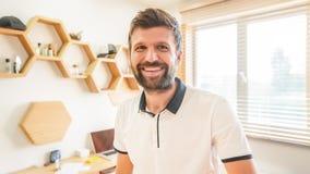Homme barbu bel souriant posant la position à l'intérieur photographie stock libre de droits