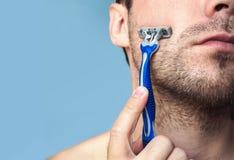 Homme barbu brutal avec le rasoir photo stock