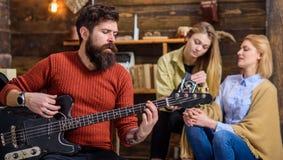 Homme barbu chantant pour son épouse et fille Couplez célébrer leur concept d'anniversaire, d'amour et de relations Homme Photo stock