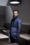 Homme barbu charismatique habillé dans le costume ; Photos stock