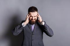 Homme barbu concentré pensant à quelque chose Photo libre de droits