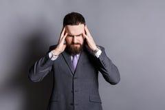 Homme barbu concentré pensant à quelque chose Image libre de droits
