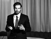 Homme barbu, homme d'affaires avec le verre de whiskey, téléphone portable photographie stock libre de droits