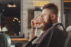 Homme barbu dans le raseur-coiffeur Image libre de droits