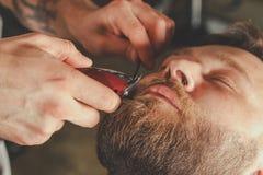 Homme barbu dans le raseur-coiffeur Photographie stock