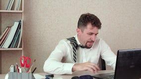 Homme barbu de directeur de bureau, fatigué du travail, long jour ouvrable clips vidéos