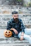 Homme barbu de Halloween avec le potiron photos stock