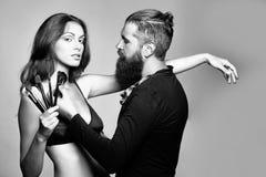 homme barbu de visagiste et femme sexy photo libre de droits