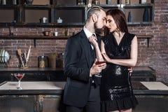 Homme barbu et baisers roux de femme Image stock