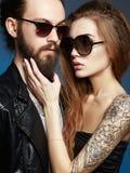 Homme barbu et fille tattoed dans l'amour Photos libres de droits