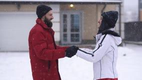 Homme barbu et jolie femme embrassant dans l'arrière-cour d'hiver Homme essayant de toucher des lèvres de fille avec le doigt dan clips vidéos