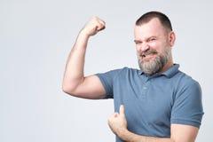 Homme barbu européen de Moyen Âge beau au-dessus de montrer le muscle de bras photos libres de droits