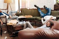 Homme barbu fatigué se reposant après une partie de célibataires Photo libre de droits