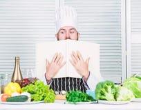 Homme barbu heureux recette de chef Aliment biologique suivant un r?gime Cuisson saine de nourriture Hippie m?r avec la barbe Sal image stock