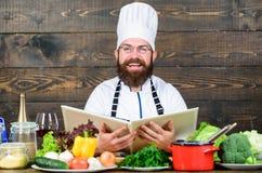Homme barbu heureux recette de chef Cuisine culinaire vitamine Cuisson saine de nourriture Hippie mûr avec la barbe dieting image stock