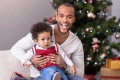 Homme barbu heureux tenant son fils Photos stock