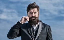 Homme barbu Hippie caucasien brutal avec la moustache Homme d'affaires contre le ciel Future r?ussite Mode formelle image libre de droits