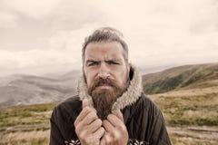 Homme barbu, hippie caucasien brutal avec le froid de moustache sur la montagne images stock