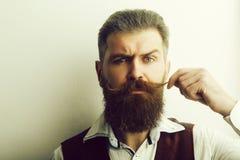 Homme barbu, hippie caucasien brutal avec le visage s?rieux images stock
