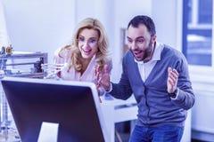 Homme barbu joyeux regardant fixement l'écran de l'ordinateur photos libres de droits
