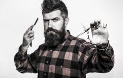Homme barbu, mâle barbu Portrait de barbe élégante d'homme Ciseaux de coiffeur et rasoir droit, salon de coiffure cru image libre de droits