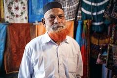 Homme barbu mûr de vendeur sur le marché de Jaipur Photo libre de droits