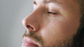 Homme barbu obtenant le maquillage clips vidéos