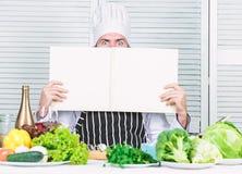 Homme barbu recette de chef Salade v?g?tarienne avec les l?gumes frais Cuisine culinaire vitamine Aliment biologique suivant un r photos stock