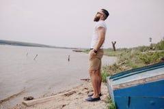Homme barbu sur la plage photos libres de droits
