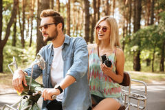Homme barbu sur le scooter avec l'amie dehors Image stock