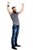Homme barbu tatoué bel enthousiaste avec des bras augmentés image stock