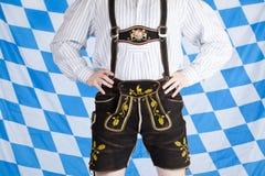 Homme bavarois avec le lederhose noir d'Oktoberfest Image libre de droits