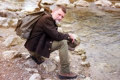 Homme bavarois dans son 50s se reposant par la rivière Photos libres de droits