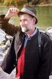Homme bavarois dans son 50s se tenant prêt la rivière Images stock