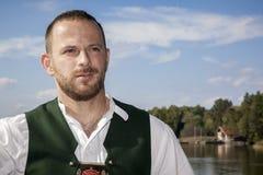 Homme bavarois de tradition au lac image stock