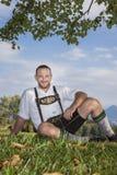 Homme bavarois de tradition dans l'herbe photo libre de droits
