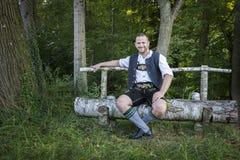 Homme bavarois de tradition dans l'herbe photographie stock