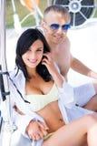 Homme beau et riche et une belle et sexy femme dans un maillot de bain Photographie stock