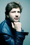 Homme bel à la mode dans la veste en cuir bleue Photos stock