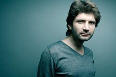 Homme bel à la mode dans le chandail gris Images libres de droits